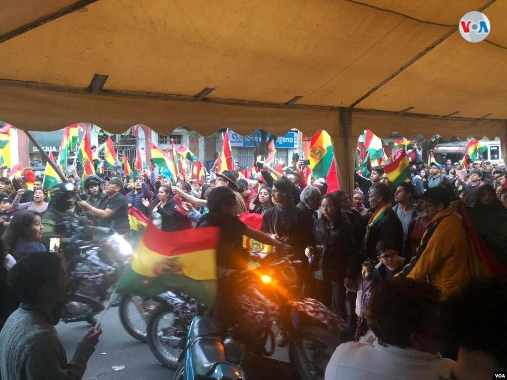 Ciudadanos festejan la renuncia del presidente Evo Morales desde la Plaza de las Banderas en Cochabamba, centro de Bolivia. Foto: Fabiola Chambi - VOA.