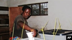 Une burundaise dans un bureau de vote de Bujumbura