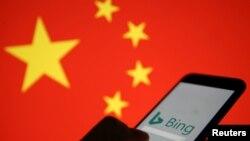 在中國國旗的背景下一隻顯示微軟Bing標誌的手機。 (2019年1月24日)