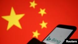 在中国国旗的背景下一只显示微软Bing标志的手机。(2019年1月24日)