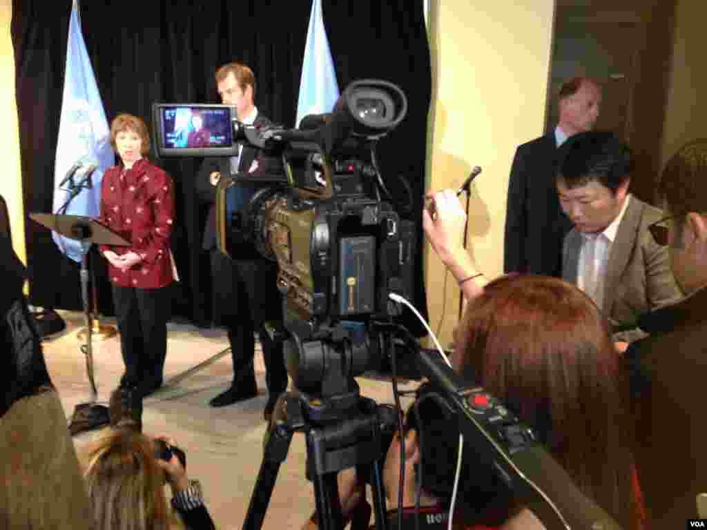 La jefa de la diplomacia de la Unión Europea, Catherine Ashton, en conferencia de prensa en la ONU, con un equipo de la VOA cubriendo el evento. [Carmen Cento, VOA].