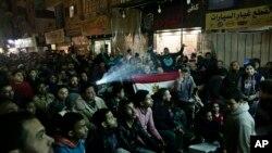 Des supporters égyptiens regardent le match de demi-finale Egypte-Burkina Faso sur un grand écran de télévision dans une rue dans le quartier Imbaba du Caire, au cours de la CAN Gabon 2017, 1er février 2017.