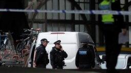 Cảnh sát chắn lối vào ga Waterloo ở London hôm 5/3/2019. Ngay ngày hôm sau, hai trường đại học ở Anh cũng phải di tản vì có bưu kiện đáng ngờ.