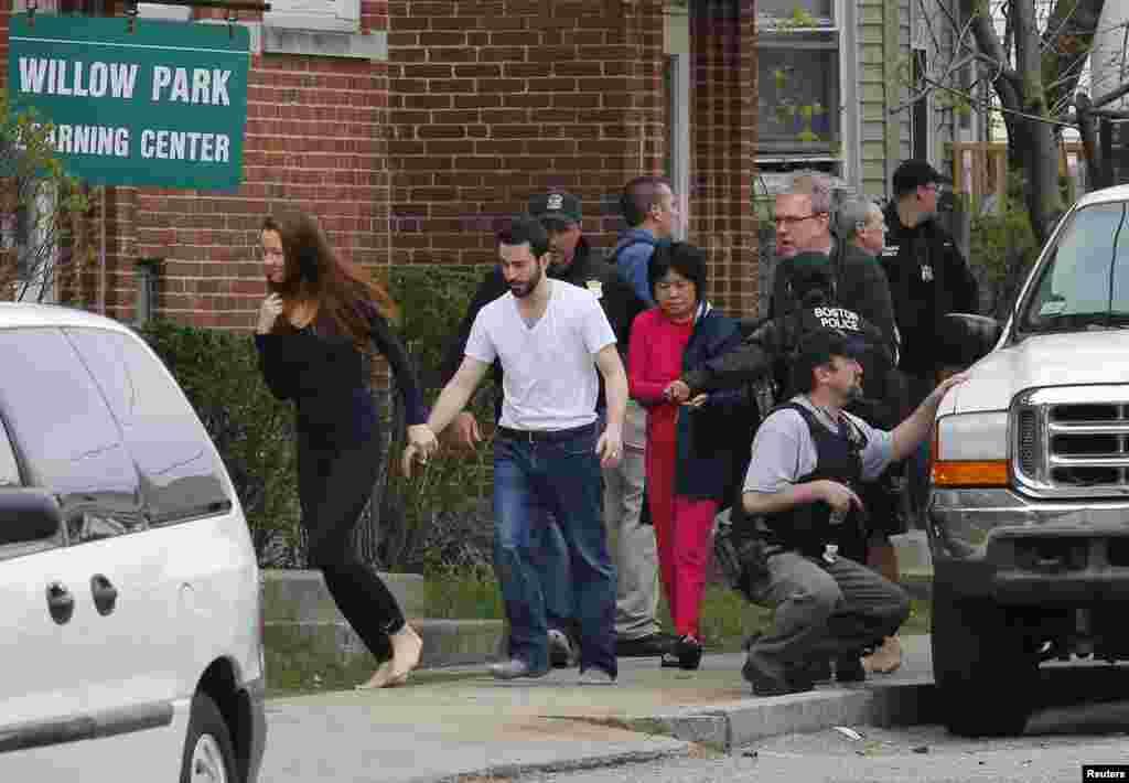 Residentes son evacuados de sus casa por el FBI durante la cacería del sospechoso en el vecindario de Watertown, Massachusetts.