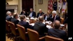 Обама на разговори со демократи и деловни лидери за економијата