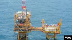 日本防卫省提供的东中国海中方油气田设备的照片