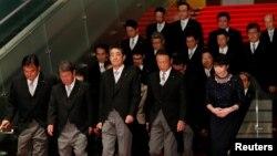 아베 신조 일본총리와 대규모 개각을 통해 새로 임명된 각 부처 책임자들이 11일 도쿄 총리 관저에서 단체기념사진을 찍기 위해 들어서고 있다.