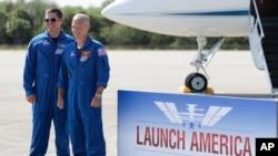 Dua astronot NASA Robert Behnken (kiri) dan Doug Hurley berpose di Kennedy Space Center, Cape Canaveral, Florida, Rabu (20/5).