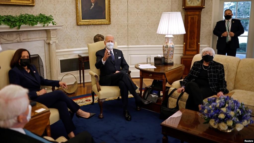 拜登总统和哈里斯副总统在财政部长耶伦陪同下在白宫椭圆形办公室会晤工商界人士。(2021年2月9日)(photo:VOA)
