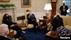 拜登總統和賀錦麗副總統在財政部長耶倫陪同下在白宮橢圓形辦公室會晤工商界人士。 (2021年2月9日)