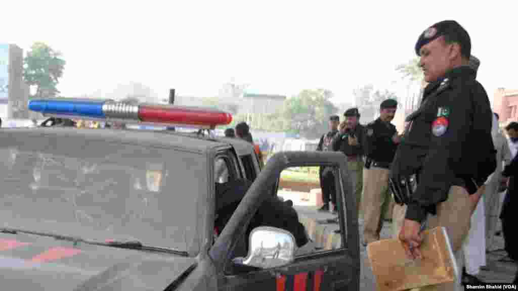 پشاور میں جمعہ کی صبح ہونے والے ایک بم دھماکے میں کم ازکم پانچ پولیس اہلکاروں سمیت آٹھ افراد زخمی ہو گئے۔