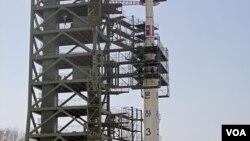 올해 4월 북한 평안북도 동창리 발사장의 장거리 미사일 '은하3호'. (자료사진)