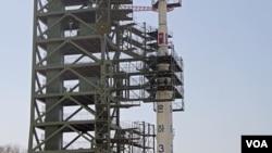 올해 4월 북한 평안북도 동창리 발사장의 장거리 미사일 '은하 3호''. 당시 발사를 시도했으나 실패했다. (자료사진)