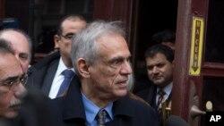 塞浦路斯財政部長米哈利斯.薩里斯(中)3月20日在莫斯科與俄羅斯財政部長安頓.謝魯阿諾夫就債務危機舉行會面後離開後。