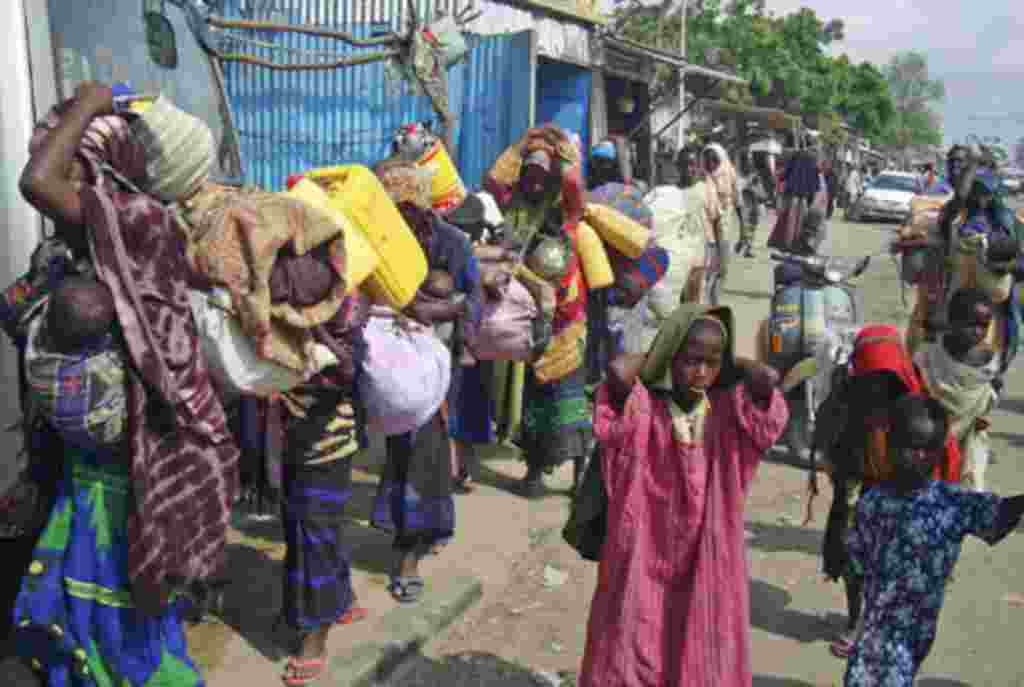 Muchos llegan solo con un par de pedazos de plástico para construir sus casas en el refugio. Muchos han esperado por semanas por el registro oficial y la ración de comida.