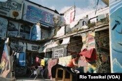 Warga Tamansari terlihat menjemur pakaiannya di kawasan yang sudah ditengah digusur, Juli 2019. (VOA/Rio Tuasikal)