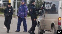 La policía rusa ha extremado las medidas de segurtidad en el aeropuerto de Sochi antes de la inauguración de las Olimpiadas.
