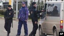 Cảnh sát kiểm soát xe bên ngoài sân bay ở Nga