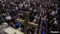 Những tín đồ cầu nguyện tại nhờ thờ Công giáo Liuhe ở làng Liuhe, tỉnh Sơn Tây, phía bắc Trung Quốc, ngày 11 tháng 9 năm 2011.