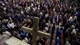 Umat Kristen berdoa di sebuah gereja di China (Foto: ilustrasi)