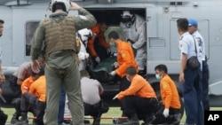 Hải quân Mỹ khiêng thi thể một nạn nhân ra khỏi máy bay trực thăng tại Pangkalan Bun, Indonesia, ngày 2/1/2015.