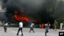 12 مئی 2007ء کو کراچی میں ہونے والی ہنگامہ آرائی کا ایک منظر (فائل فوٹو)