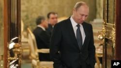 Presiden Rusia Vladimir Putin menunggu dimulainya pembicaraan organisasi perjanjian keamanan bersama (CSTO) di Moskow (19/12). (AP/Maxim Shemetov)