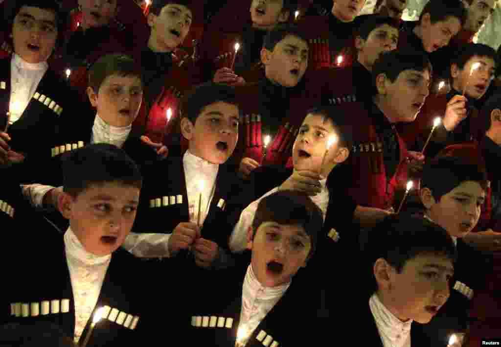Детский хор исполняет рождественские песнопения во время службы в Свято-Троицком соборе в Тбилиси