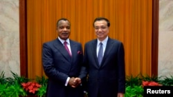 Rais wa jamhuri ya Congo Denis Sassou Nguesso akishikana mkono na waziri mkuu wa china Li Keqiang Beijing June 13, 2014.