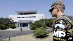一名美軍士兵守衛著位於南北韓非軍事區板門店南韓一側的和平之家(2018年4月18日)