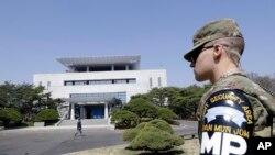 Un soldat américain à l'extérieur de la Maison de la Paix où s'est tenu le sommet entre le président sud-coréen Moon Jae-in et le dirigeant nord-coréen Kim Jong, Panmunjom, Corée du Sud, le 18 avril 2018.