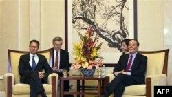 Bộ trưởng Tài chính Hoa Kỳ Timothy Geithner (trái) hội đàm với Phó Thủ tướng Trung Quốc Vương Kỳ Sơn hôm 1/10/12