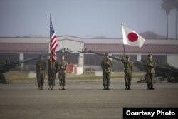 """Američki marinci i pripadnici Japanskih odbrambenih snaga postrojeni u formaciju kao deo ceremonije početka vežbe """"Čelična pesnica"""" 2018. u Kemp Pendletonu, Kalifornija, 12. januara 2018."""
