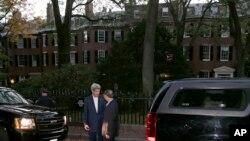 Ngoại trưởng John Kerry, trái, nói chuyện với Ủy viên Quốc vụ viện Trung Quốc Dương Khiết Trì bên ngoài nhà của ông ở Beacon Hill, Boston, Thứ 6, 17/10/2014.