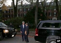 2014年10月18日中国的国务委员杨洁篪(右)和美国国务卿克里在克里家外