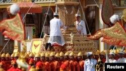 26일 태국 방콕의 대궁전에서 푸미폰 아둔야뎃 전 국왕의 시신이 화장터로 운구되고 있다.