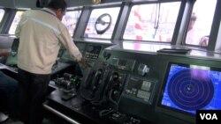 Ruang kontrol pada Kapal Pengawas SKIPI (VOA/Ahadian).