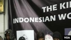 Aktivis perempuan Indonesia memrotes penyiksaan empat orang TKW di Arab Saudi di depan Kedutaan Arab Saudi di Jakarta (foto: dok).