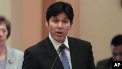 Según el senador Kevin de León, siete de cada 10 deportados no eran responsables de ningún delito mayor.