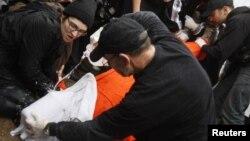지난 2008년 3월 미국 백악관 앞에서 벌어진 물고문 반대 시위에서 물고문을 재현하는 시위대. (자료사진)