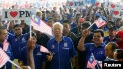 Thủ tướng Malaysia Najib Razak vẫy cờ chung với các ủng hộ viên trong chiến dịch vận động bầu cử ở ngoại ô Kuala Lumpur, ngày 28/4/2013.