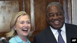 美国国务卿和赞比亚总统在赞比亚首都一起笑