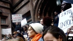 امریکی خواتین دیگر مظاہرین کے ساتھ نسل پرستی کے خلاف احتجاج کررہی ہیں۔