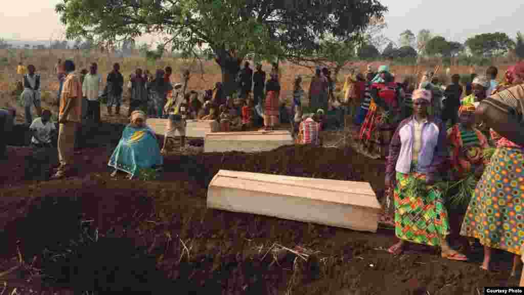 Beaucoup de cercueils sur le sol, auSud-Kivu, le 16 septembre 2017.