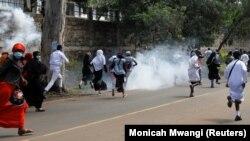 Abapolisi muri Kenya bashwiragiza abari mu myiyerekano