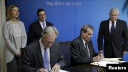 Christian Leffler (gauche), le principal négociateur européen pour les négociations UE-Cuba et le ministre adjoint des Affaires étrangères Abelardo Moreno Cuba (droite) (REUTERS/Enrique de la Osa)
