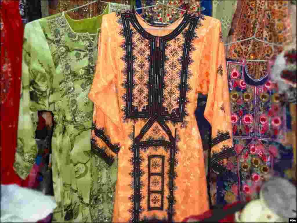 بلوچی خواتین کے روایتی ملبوسات فراک نما بند چاکوں والی قمیضوں پر شیشے کے ساتھ کڑھائی سے سجے ہوتے ہیں