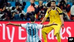 El arquero de Argentina, Sergio Romero, celebra el triunfo ante Holanda con Maxi Rodríguez.