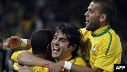 Các cầu thủ đội Brazil: Luis Fabiano (trái) ăn mừng cùng Kaka (giữa) và Daniel Alves sau khi ghi bàn thắng thứ hai trong trận đấu giữa Brazil và Chile tại Sân vận động Ellis Park ở Johannesburg, Nam Phi, ngày 28 tháng 6, 2010