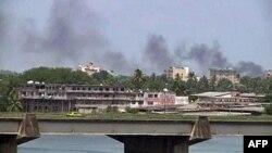 Khói bốc lên từ trung tâm thành phố Abidjan, 31/3/2011